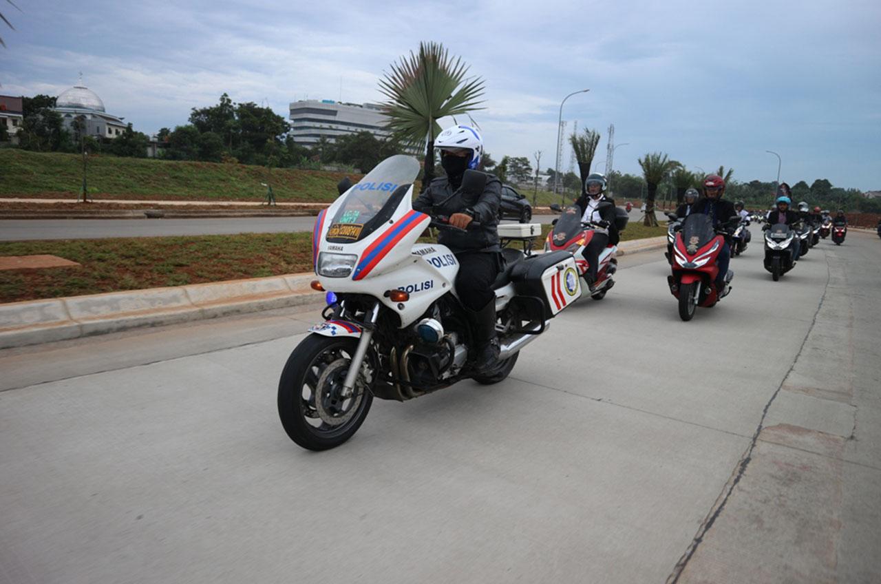Anggota Komunitas, Naik Motor Penuh Gaya