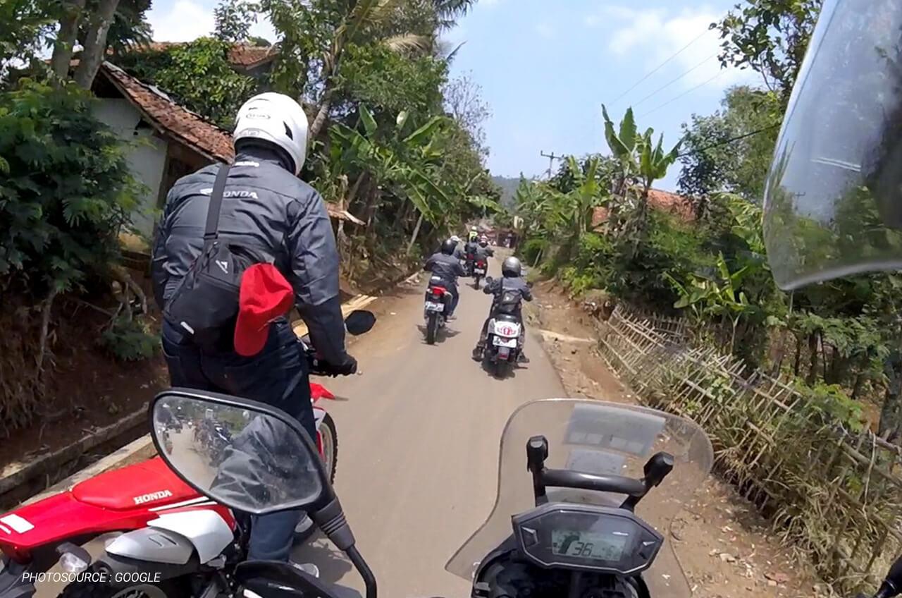 Tips Berkendara Di Jalan Sempit Untuk Sepeda Motor