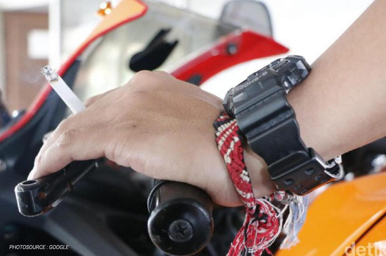 Ini Dia Alasan Kenapa Mengendarai Sepeda Motor Sambil Merokok Sangat Tidak Dianjurkan Dan Berbahaya