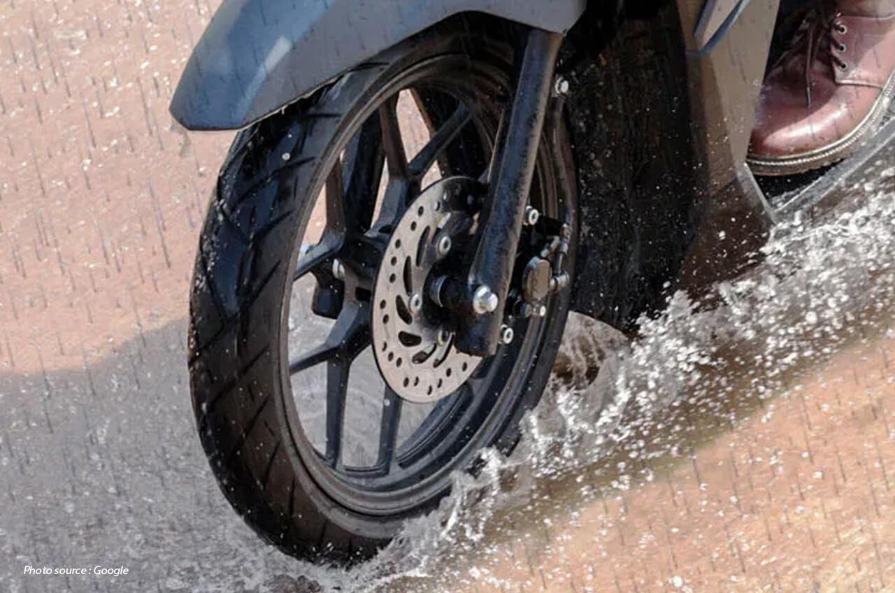 Jenis Ban Motor Yang Cocok Digunakan Untuk Musim Hujan