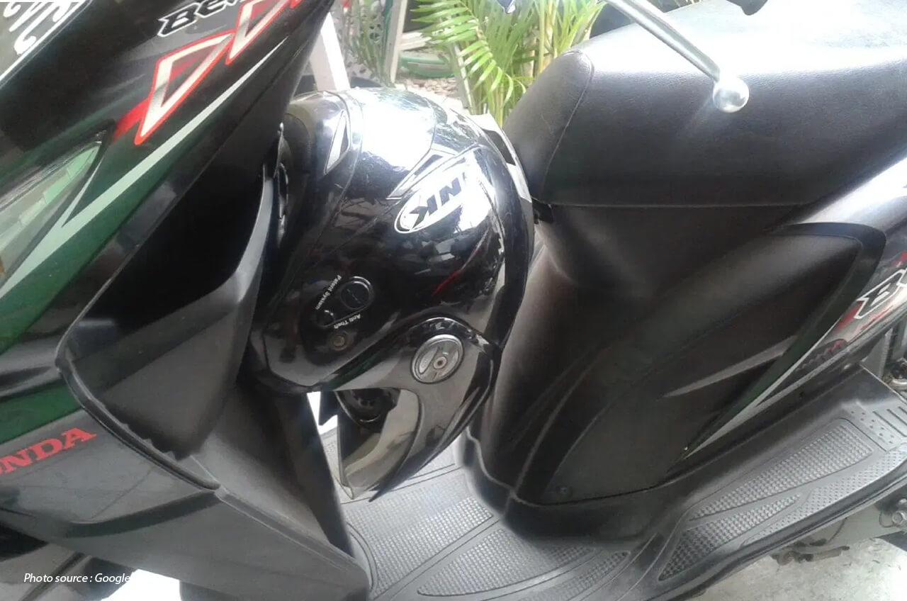 Gimana Sih, Cara Pasang Gantungan Helm Di Motor Matic?