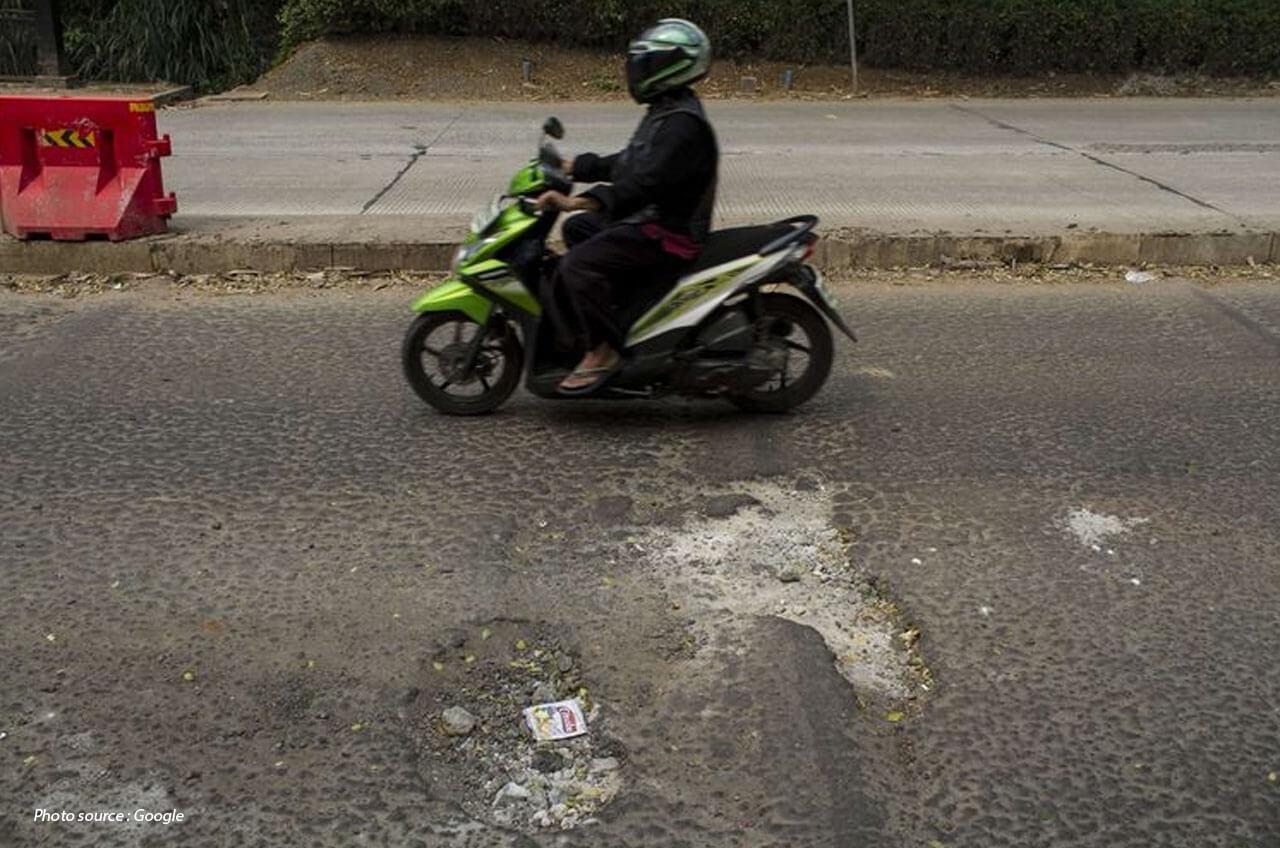 Naik Motor Di Jalanan Berlubang Dan Rusak, Ini Caranya