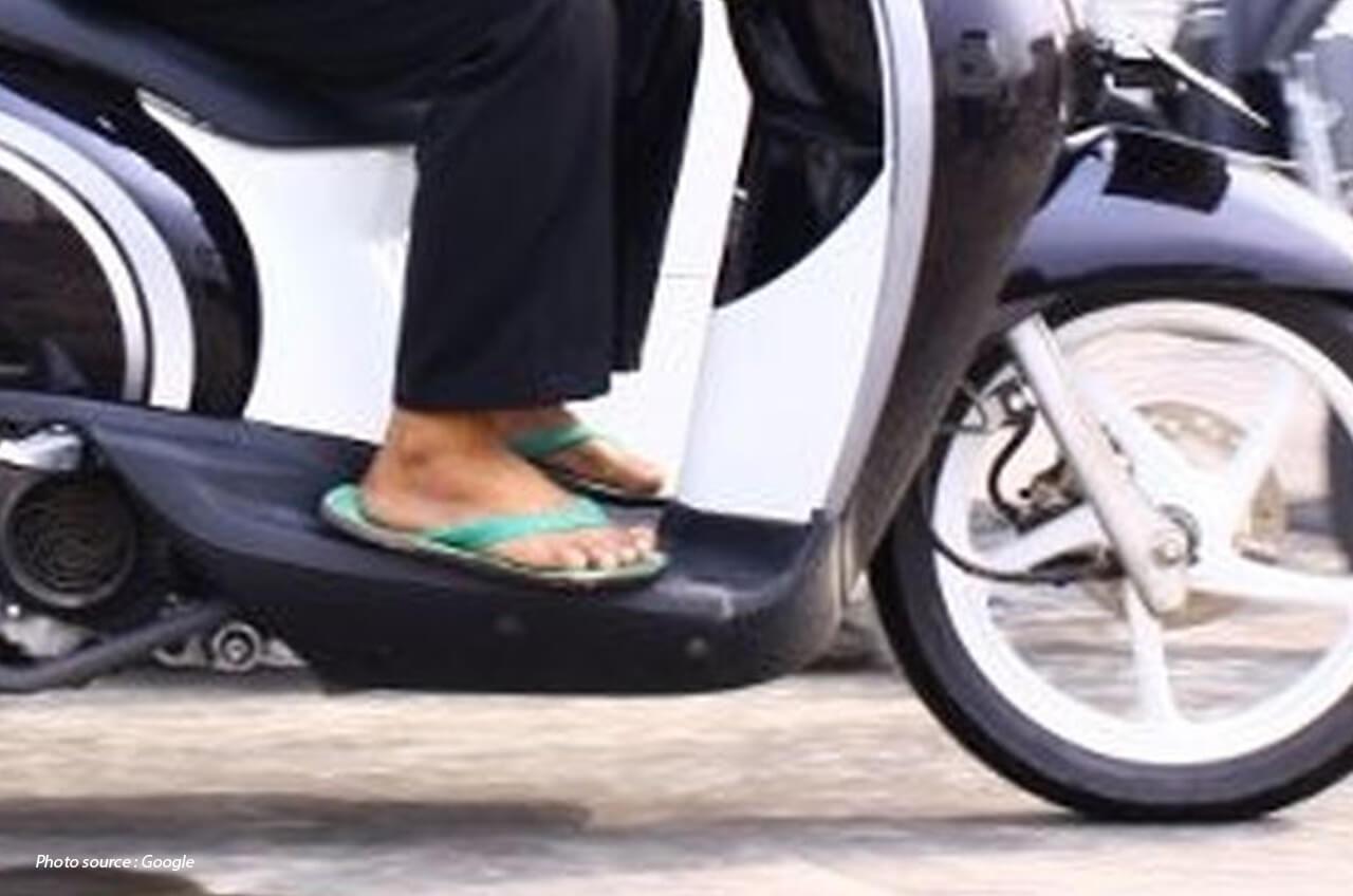 Hindari Naik Motor Dengan Pakai Sandal, Ini Alasannya